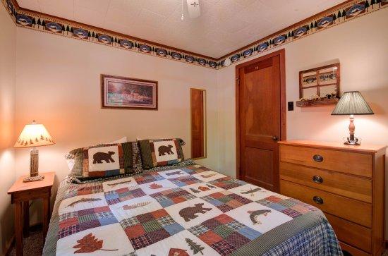 Eagle River, WI: Cottage 5 Queen Bedroom