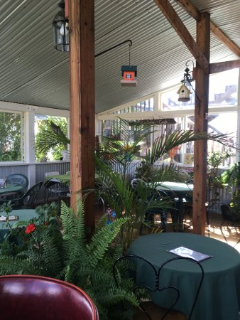 Broadway Cafe: Screened in deck
