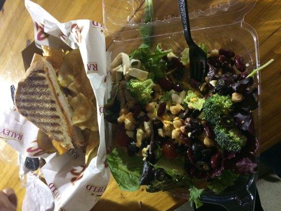 เวสต์ แซคราเมนโต, แคลิฟอร์เนีย: パニーニとサラダです