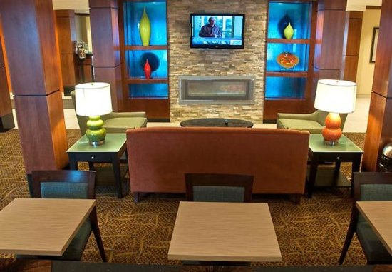 Fairfield Inn & Suites Sault Ste. Marie: Breakfast Sitting Area