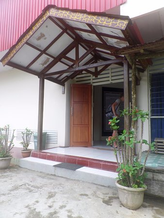 Ambon, Indonesia: Entree van het cultuurmuseum Maluku Siwa Lima bovenop de berg