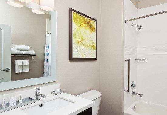 Dothan, AL: Queen/Queen Studio Suite - Bathroom