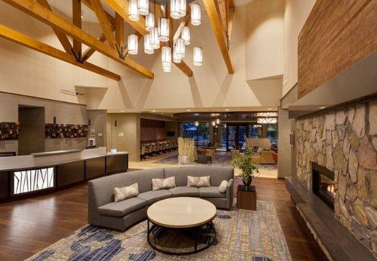 Atascadero, CA: Lobby & Fireplace