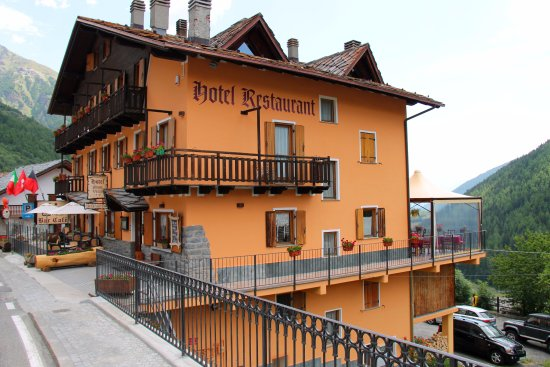 Saint-Oyen, Italien: parcheggio di fronte e sotto all'hotel