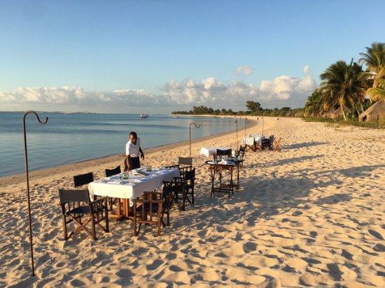 andBeyond Benguerra Island: Diner preparations going on at the beach