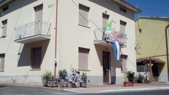 Terontola, İtalya: Opvallende gevel met uitnodiging voor een fietstocht