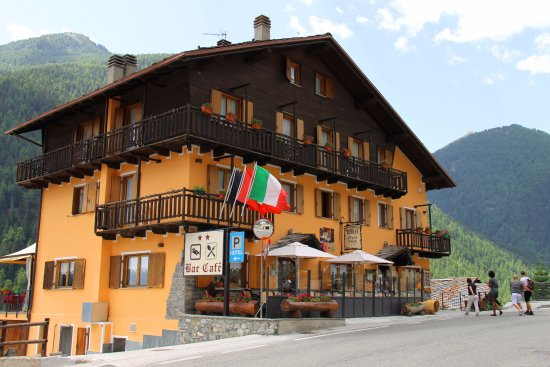 Saint-Oyen, Italien: VIsta da Nord, bar, parcheggio