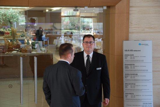 Sentido Ixian Grand: De dos, le Manager de la Restauration et de face le Maître d'Hôtel