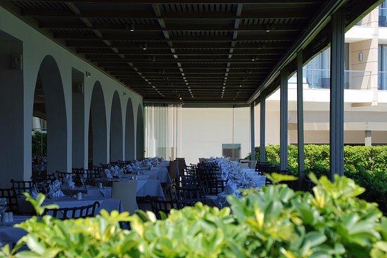 Sentido Ixian Grand: Restaurant, partie extérieur, les tables sont nappées, matin, midi & soir...