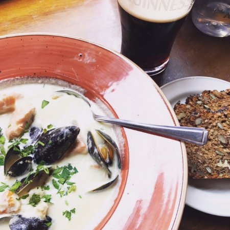 The Exchequer: Seafood chowder e pane nero
