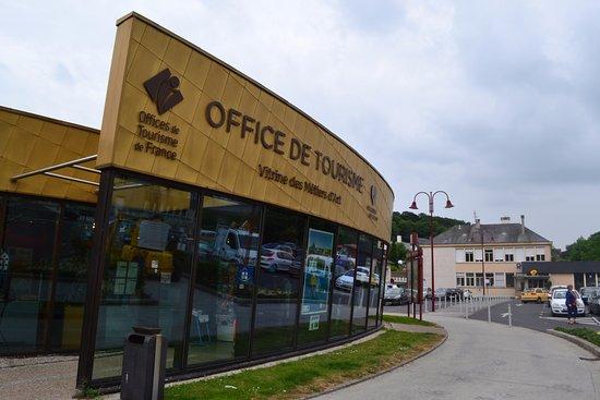Villedieu-les-Poeles, France: Notre office de tourisme est situé sur la place des Costils.