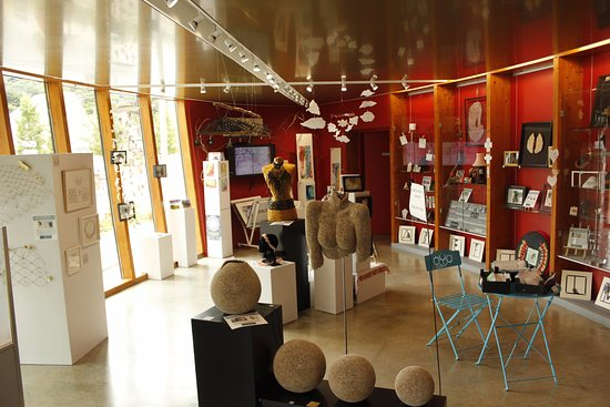 Villedieu-les-Poeles, France: Exposition Dentelles et broderies, été 2017