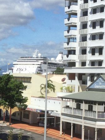 Pullman Reef Hotel Casino: Very close to the wharf.