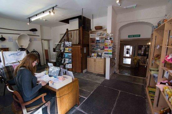 Kingsbridge, UK: Entrance area and shop. Volunteer stewards great visitors to the museum 6 days a week