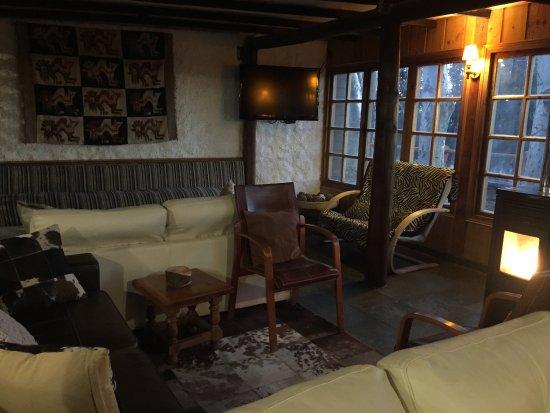 Hotel Posada de Farellones: Sala comum com aquecedor e videogame para as crianças