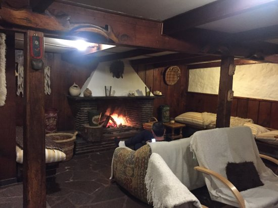 Hotel Posada de Farellones: Lareira na sala comum