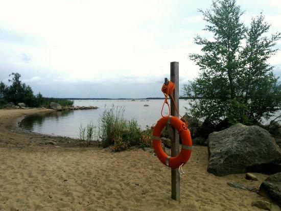 Vaasa, Finnland: Ahvensaaren uimaranta. Pukukoppi ja keinut.