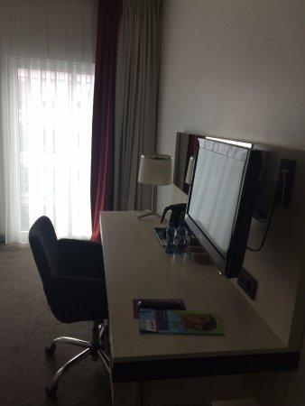 Park Inn by Radisson Brussels Midi: Desk in the room