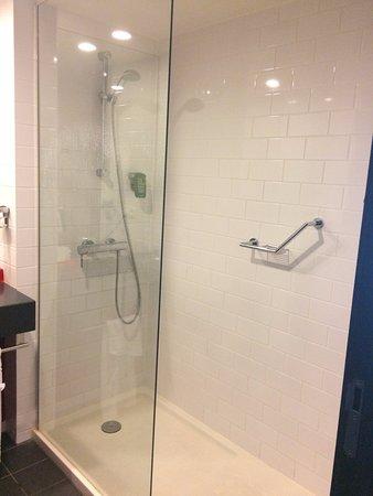 Park Inn by Radisson Brussels Midi: Shower