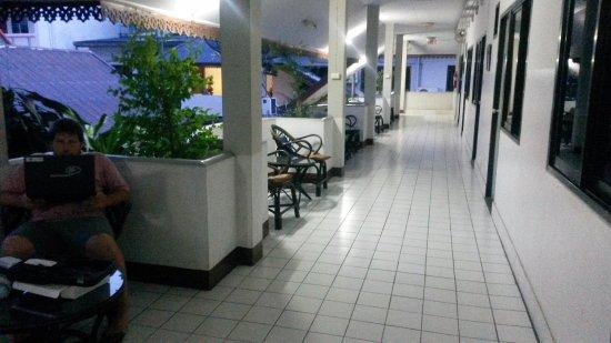 Roong Ruang Hotel: Pasillo de las habitaciones con mesita al aire libre
