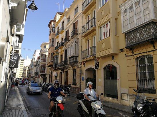 Hotel Del Pintor : Отель на узкой улочке с оживление движением.