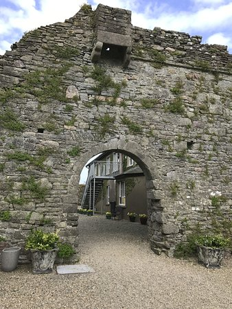 Drinagh, Irland: Heading into the courtyard