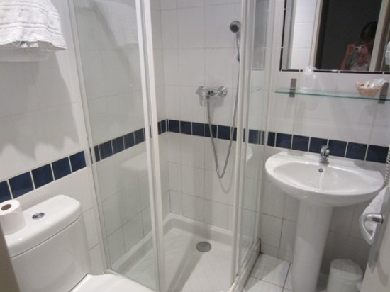 Hôtel Bellevue : Large enough bathroom