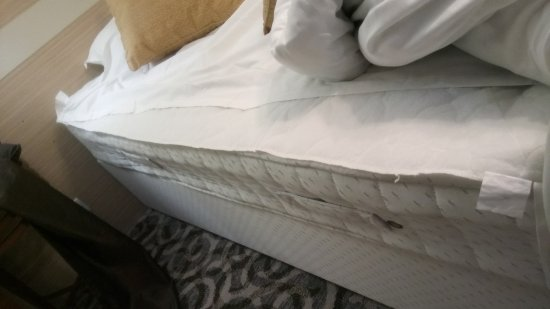 Wyboston, UK: Bed Sheet just came off when I turn the duvet...