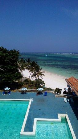 Hotel acogedor, muy casero, muy buen servicio y vistas espectaculares, un enorme jardín paradisiaco, en plena playa.