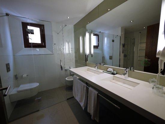 Großes Bad großes bad mit modernen doppelwaschbecken picture of parador de