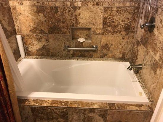 Blackberry Inn At Yosemite: The Biggest Bath Tub Iu0027ve Ever Sat In.