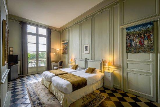 Chambre Twin avec balcon et vue sur Loire, carrelage d\'époque ...