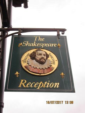 Mercure Stratford-Upon-Avon Shakespeare Hotel: Outside the hotel