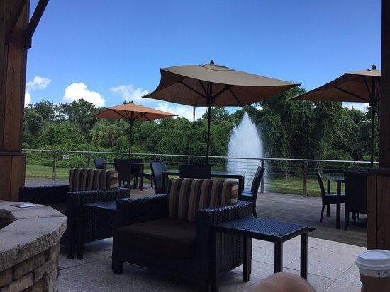 Courtyard Sarasota University Park/Lakewood Ranch Area : Order drinks from the fire pit while watching tv with a fountain in the background