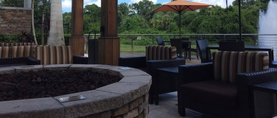 Courtyard Sarasota University Park/Lakewood Ranch Area: Order drinks from the fire pit while watching tv with a fountain in the background