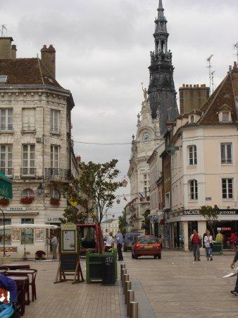 Sens, Frankrike: Son environnement
