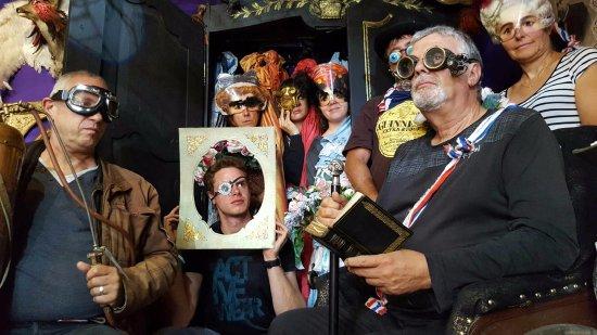 La Chaise-Dieu, Frankreich: Bienvenue à la famille Adams au Cabinet des Curiosités Symbialys...