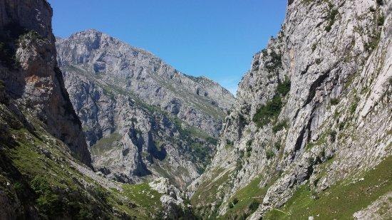 Poncebos, Spain: Wanderweg zum Mirador, Blick nach unten ins Tal