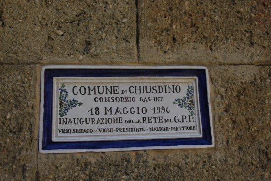 Chiusdino, Italy: Piastrella commemorativa