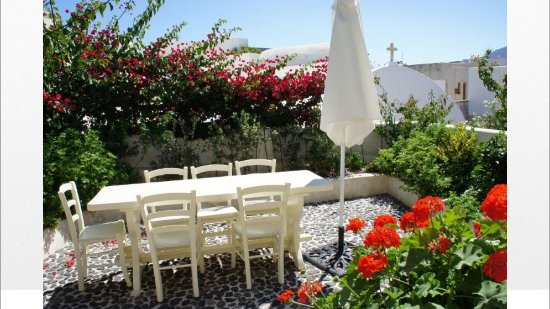 Villas and Mansions of Santorini: dining area - next to the kitchen