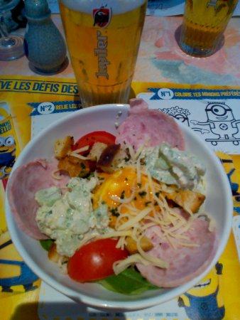 Vermenton, Frankrike: Belle part de salade garnie