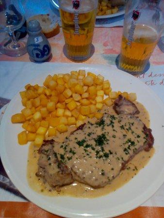 Vermenton, Frankrike: Succulente pièce de boeuf en sauce maison et ses pommes de terre ,on ne sort pas avec la faim