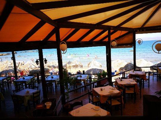 Kalamaki Restaurant Beach Bar: ristorante tavoli all'aperto