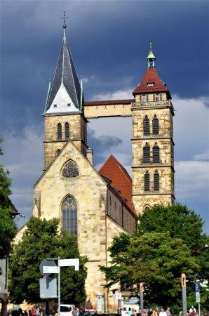 Esslingen am Neckar, Germany: Kyrkan med gångbron mellan tornen.