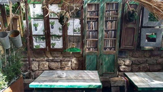 Decoración De Una Terraza De Bar En Fontibre Junto Al