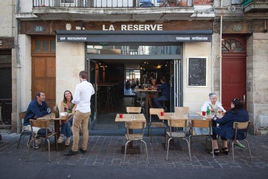 La Reserve : Le bar, la cour intérieure se trouve derrière....