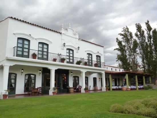Patios de Cafayate Wine Hotel: Vista desde el jardín del hotel