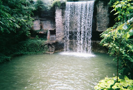 Branson, MO: Beautiful waterfall inside Silver Dollar City next to many of the dining areas