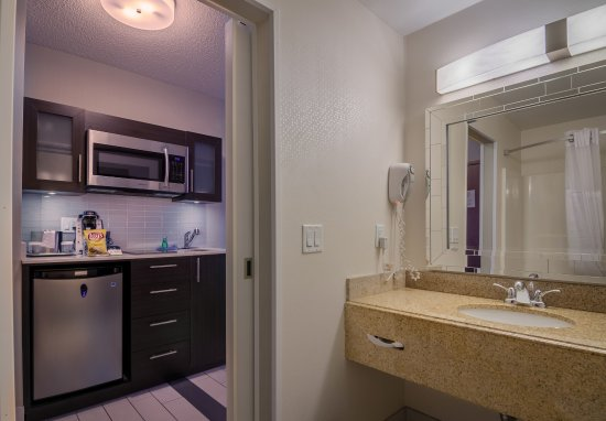 Liverpool, Nova York: Kitchenettes are featured in all suites (excluding accessible).