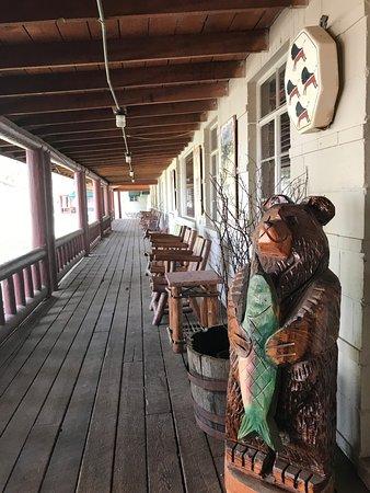 Saratoga Hot Springs Resort: Hotel front porch